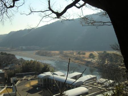 大島の水道みちより相模川を望む