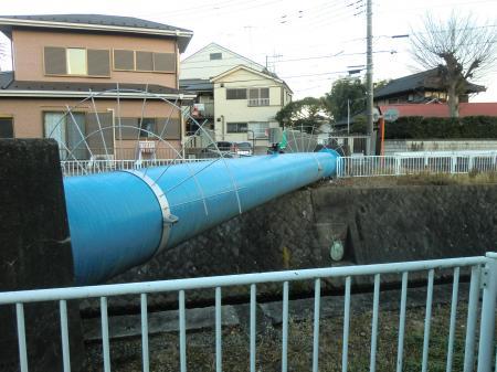姥川を渡る県水北相送水管