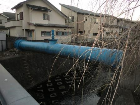 姥川藤橋西側を渡る県水北相送水管