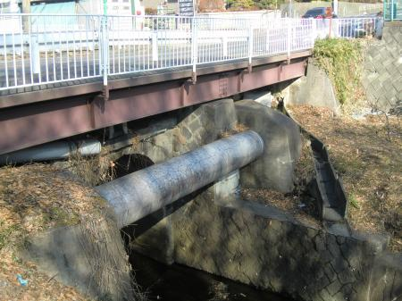 鳩川を渡る県水北相送水管・中津支管