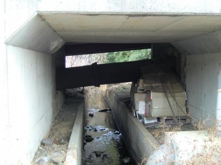 用水路を渡る水管橋・水道坂上り口