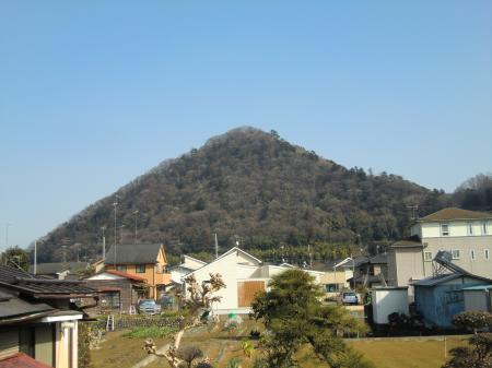 R413小網バス停付近より城山を望む