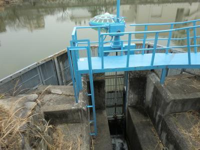 鏡池の水門