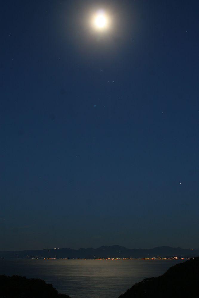 月と月明かりを浴びる海
