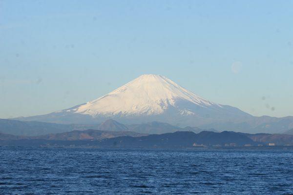 海の奥に見える富士山