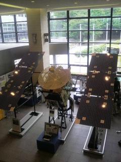「小惑星探査機はやぶさ」の実物大レプリカ