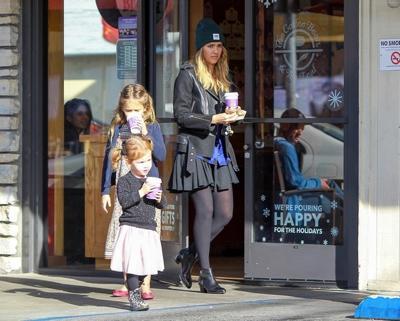 Jessica+Alba+shops+daughters+20141221_02.jpg