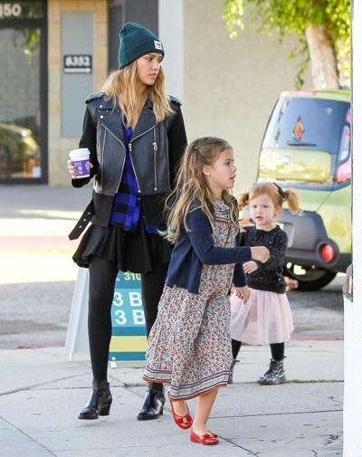 Jessica+Alba+shops+daughters+20141221_03.jpg