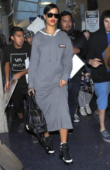 Rihanna+Arriving+Flight+LAX+20141117_02.jpg