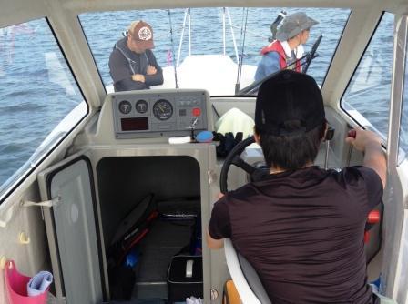 魚影を探す船長