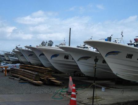 陸に上がった漁船 005