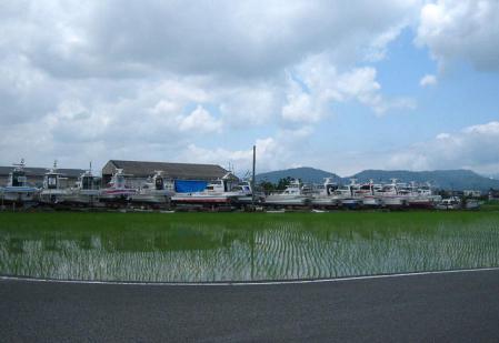 陸に上がった漁船 012