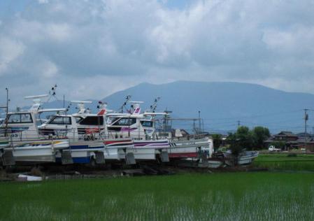 陸に上がった漁船 011