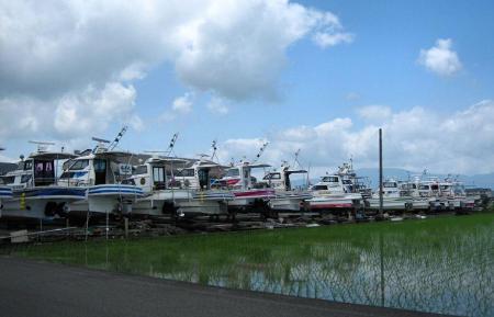 陸に上がった漁船 010