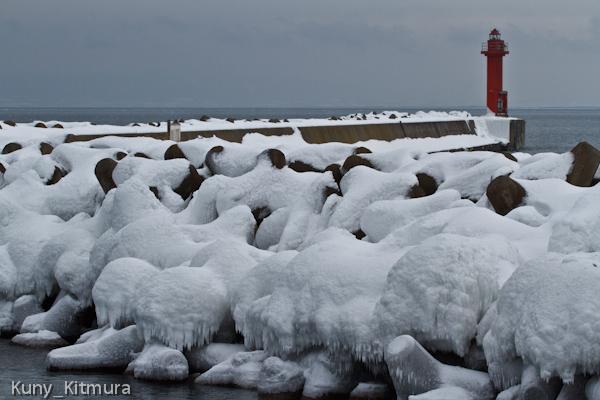 凍った波飛沫と雪