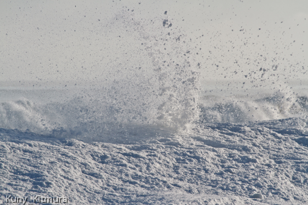 波に砕かれる流氷