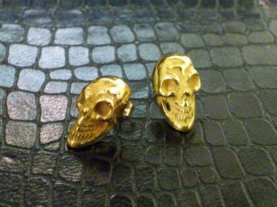 18k_greenpink_miniature_skull_earring_01.jpg