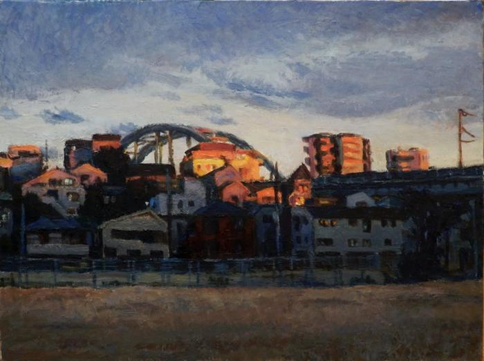 夕陽を受ける建物と鉄橋