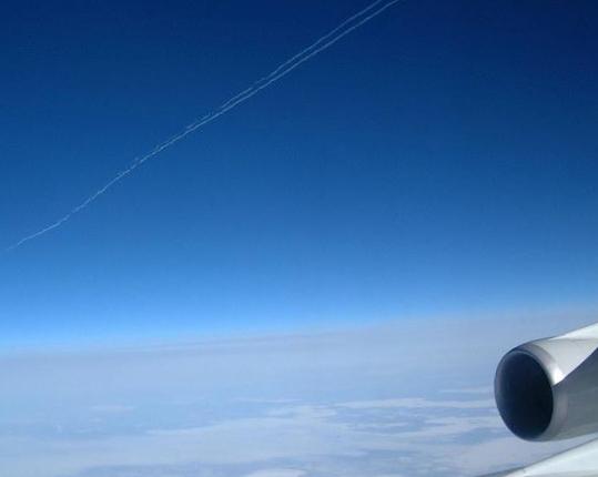 空から見た飛行機雲