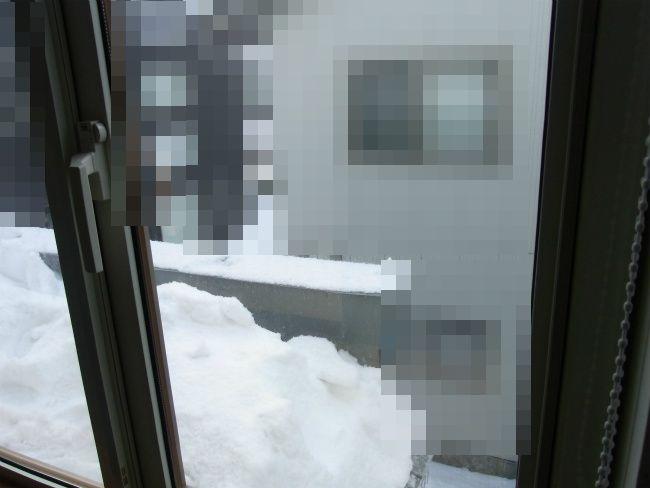除雪後 窓前寄り