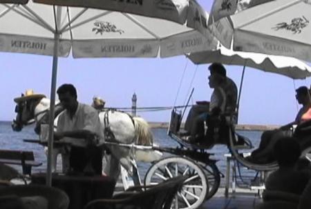 ハニア 港沿いカフェ前を通る観光馬車