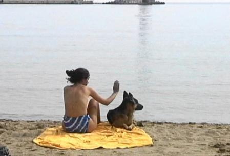 レシムノ 朝の海岸にいた地元のお姉さん