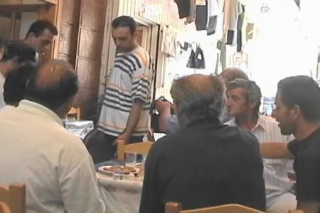 ミティリニ 昼前のタベルナでだべるおじさん