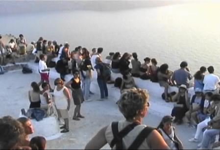 サントリーニ イアで夕日を見る人たち