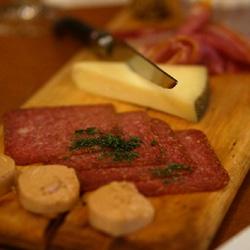 ハムやチーズの盛り合わせ