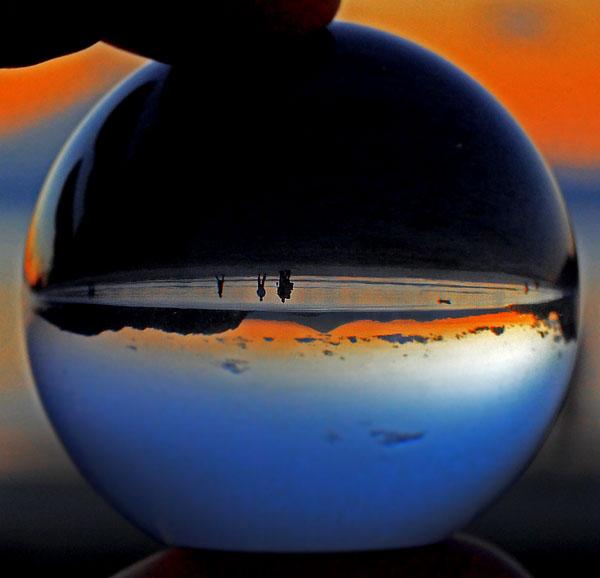 131130ガラス玉の中の逗子海岸1