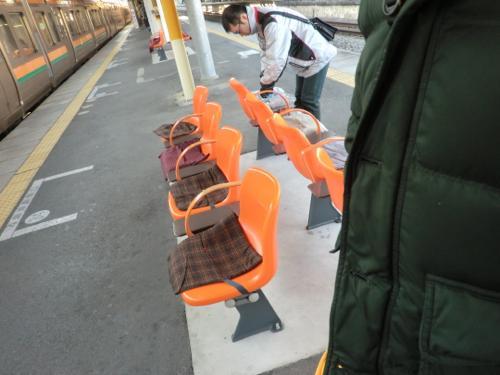 駅に座布団