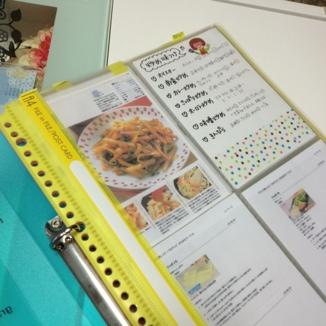 この商品は、ポストカード入れらしいですが、A6サイズのメモ用紙がちょうど入るので、手書きレシピも入れつつ、レシピ整理に使っています!