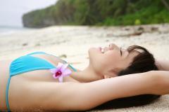 大島優子の仰向け横乳はみ出し画像