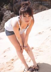 大島優子が前かがみで胸の谷間を露出画像
