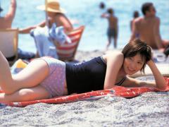 加藤あいのホットパンツが食い込む浜辺画像