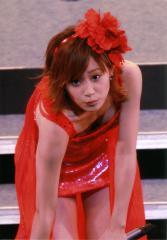 高橋愛が舞台で前かがみになったらおっぱいが見えちゃったエロ画像