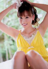 皆藤愛子のM字座りで脇見せ画像