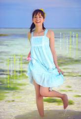 皆藤愛子が裾をたくしあげて太ももチラリ画像