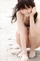 鈴木愛理が白水着でしゃがんでモリマンぷっくり画像