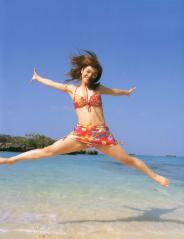 平愛梨がビキニで180度大開脚ジャンプの股間画像