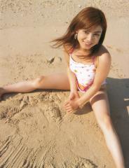 平愛梨が金太郎水着で開脚座り画像