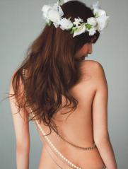 大政絢の上半身裸ヌード画像