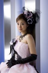 上戸彩がドレスでムチムチ二の腕と胸元がセクシーな画像