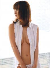 小松彩夏のノーブラ谷間ポロリ画像