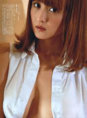小松彩夏のトップレスシャツ1枚画像