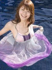 八田亜矢子が水着に着衣でプールに浸かる画像