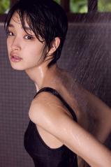 剛力彩芽のワンピース水着シャワー濡れ画像