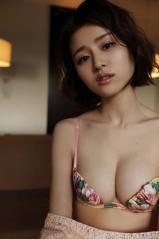 鈴木ちなみの少しずらせば乳首が見えそうなビキニ画像
