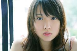 戸田恵梨香が窓辺で凛々しい顔