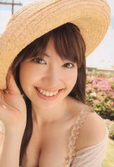 小嶋陽菜のおっぱい谷間画像